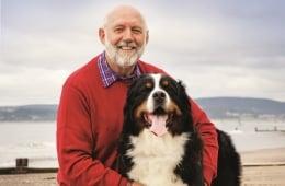 Un homme avec son chien à la plage